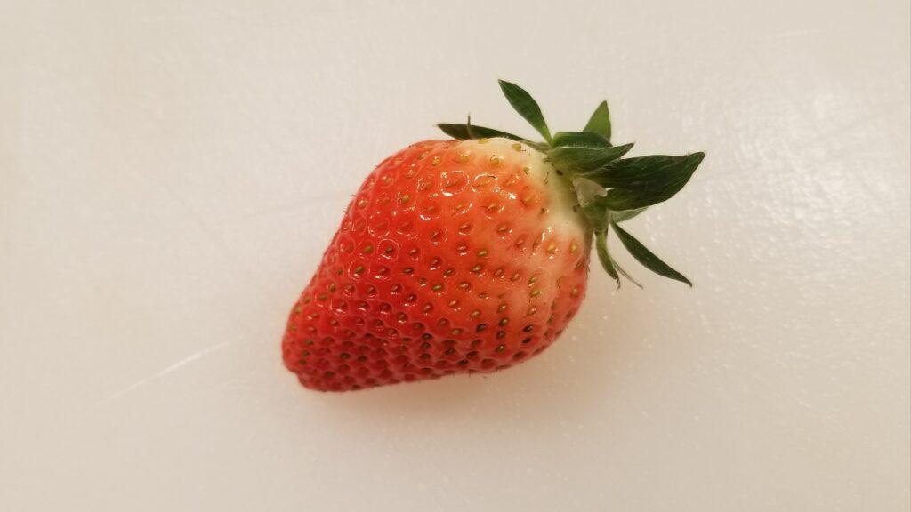完熟していないイチゴ